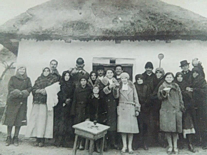 Fekete család a pince előtt