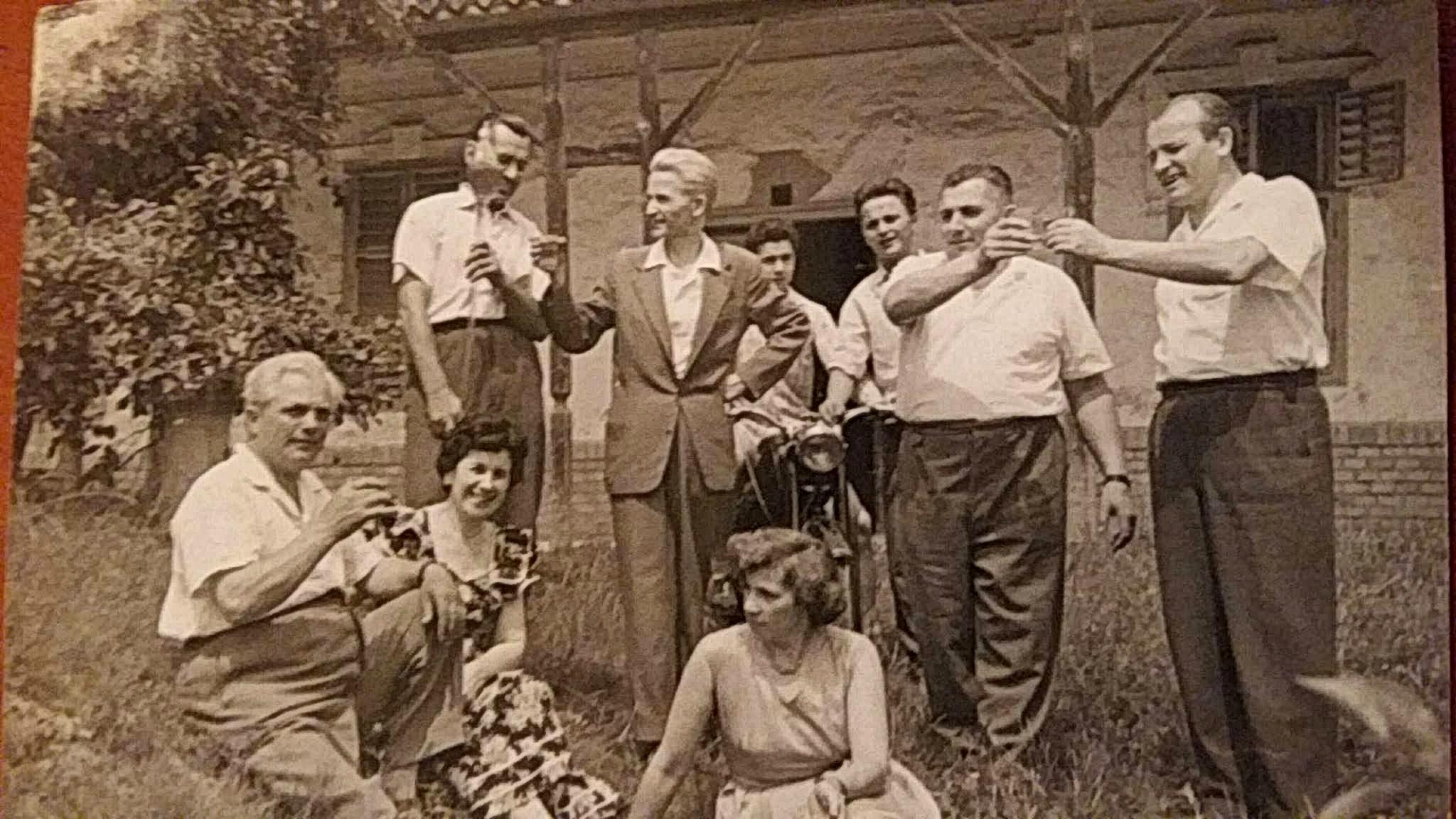 Kele pince előtt Kle János és Magócsi Lajos baráti társasága