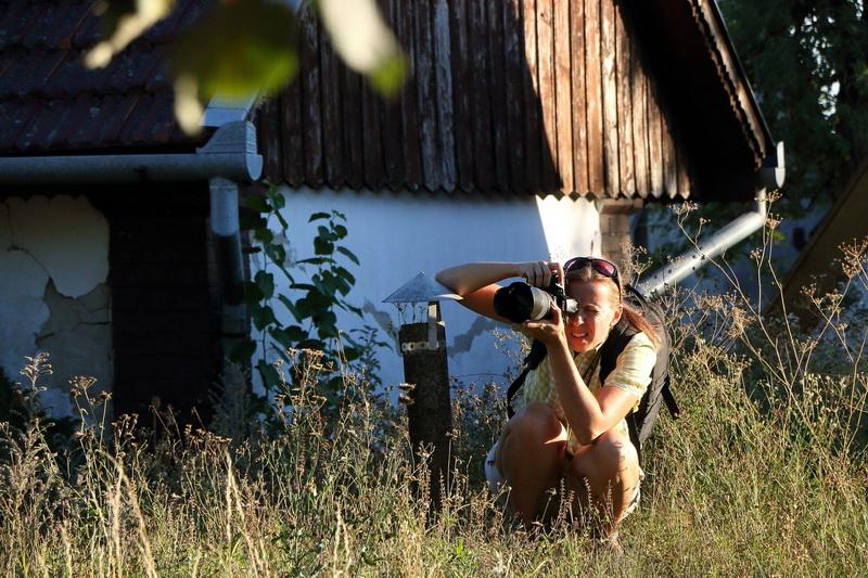 Bereczki Krisztina fotózik a pincefaluban