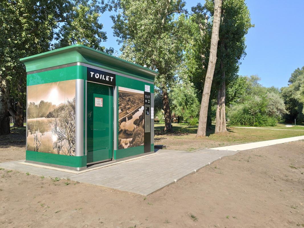 Okosváros projekt, automatikus utcabútor jellegű köztéri illemhely